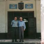 Hr. Dr. Helmut Heidinger und Bürgermeister Alinel Narita vor der Primaria Lenauheim